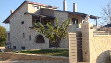 Abitazione di pietra a tre piani