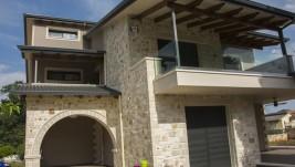 Τριώροφη πέτρινη κατοικία