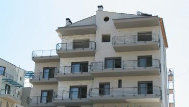 Edificio a tre piani con una cantina