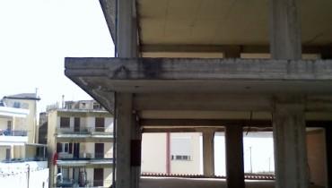 Κατασκευή διώροφης οικοδομής με ισόγεια καταστήματα
